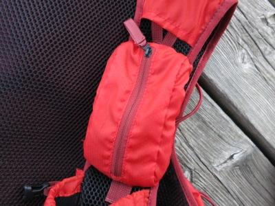 Die Handytasche ist nur mit einem Klettverschluss und einer Sicherung mit dem Rucksack verbunden.