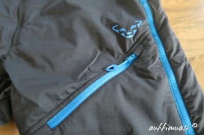 Die Hose ist mit einer Tasche versehen