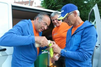 Peter, Lois und Erwin bereiteten die Flüssignahrung vor.