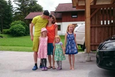 Abschied von der Familie vor der Abfahrt nach Graz.