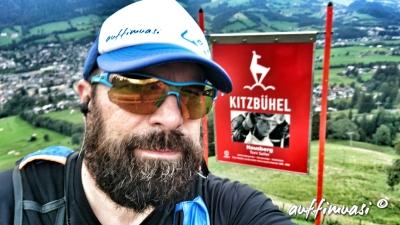auffimuasi meets Legend. Auf der Hausbergkante erinnert eine Torfahne an die Kitzbüheler Skilegende.