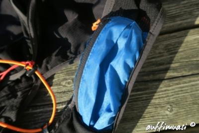 Eine Zipp-Tasche ist vorne angebracht.