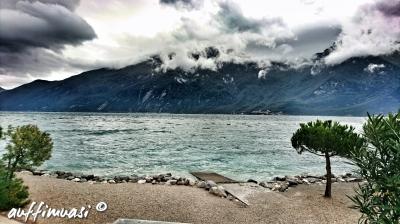 Bei der Ankunft zeigte sich der Gardasee von der unterkühlten und stürmischen Seite.