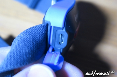 Die Aufladung erfolgt mit Micro-USB-Kabel.